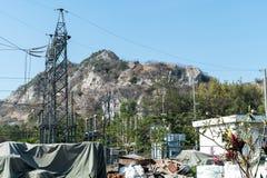Central eléctrica y la montaña Imagen de archivo libre de regalías
