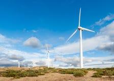 Central elétrica com as turbinas eólicas no fundo aberto do campo Fotos de Stock