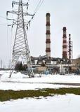 Central elétrica contra o céu nebuloso durante o inverno Imagens de Stock