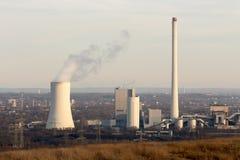 Central elétrica de carvão no sol da noite do ajuste Fotografia de Stock Royalty Free