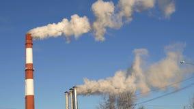 Central elétrica de carvão que emite-se a poluição do dióxido de carbono das chaminés vídeos de arquivo