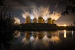 Central elétrica de Drax refletida na água foto de stock