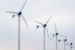Central elétrica de energias eólicas contra e por do sol claro Imagens de Stock
