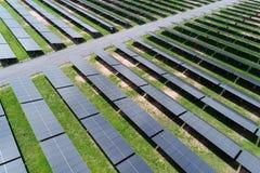 Central elétrica de energias solares no campo pelo zangão Imagens de Stock Royalty Free