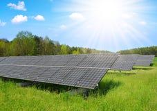 Central elétrica de energias solares no prado Fotos de Stock