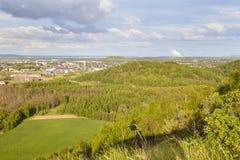Central elétrica distante na paisagem verde Fotos de Stock Royalty Free