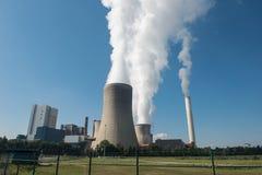 Central elétrica do lignite para a geração de eletricidade - o vapor aumenta para foto de stock