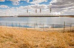 Central elétrica e lago refrigerando Fotos de Stock