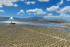 Central elétrica em baterias solares Uma fonte de energia alternativa é painéis solares imagens de stock