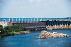 Central elétrica hidroelétrico de Zaporozhye no rio de Dnieper em U Fotografia de Stock Royalty Free