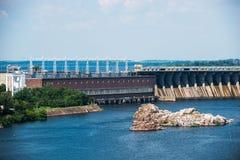Central elétrica hidroelétrico de Zaporozhye no rio de Dnieper em U Imagens de Stock Royalty Free