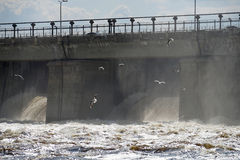 Central elétrica hidroelétrico do rio foto de stock royalty free
