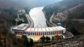 Central elétrica hidroelétrico na represa de Dalesice video estoque