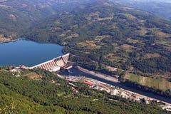 Central elétrica hidroelétrico no rio Imagens de Stock Royalty Free