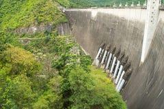 A central elétrica na represa de Phumibol em Tailândia Fotos de Stock Royalty Free