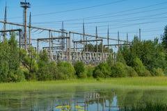 Central elétrica perto da lagoa Linhas eléctricas Imagem de Stock Royalty Free