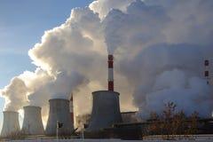 Central elétrica que emite-se o fumo e o vapor Fotos de Stock Royalty Free