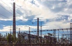 Central elétrica térmico com tubos, transformadores e linhas elétricas Fotografia de Stock Royalty Free