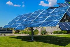 Central elétrica usando a energia solar renovável com sol Fotografia de Stock