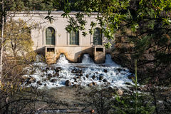 Central eléctrica hidroeléctrica en el río de la pluma Fotos de archivo