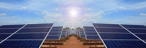 Central eléctrica usando energía solar renovable en la nube del cielo azul Foto de archivo