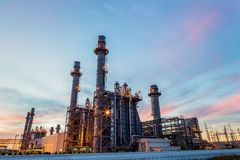 Central electrica de la turbina de gas con crepúsculo es ayuda toda la fábrica en nakorn del amata imagenes de archivo
