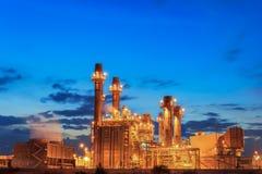 Central electrica de la turbina de gas con puesta del sol es ayuda toda la fábrica en estado industrial imagenes de archivo