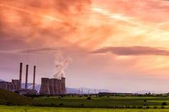 Central electrica en la oscuridad con el cielo anaranjado en Kozani Grecia Fotos de archivo libres de regalías