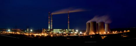 Central energética em a noite - Pocerady Fotos de Stock