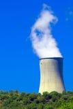 Central energética nuclear perto de um rio 3 Foto de Stock