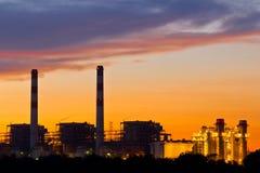 Central energética elétrica da turbina de gás no crepúsculo Fotos de Stock Royalty Free