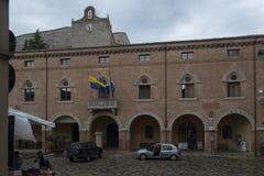 Central fyrkant av Verucchio, Italien arkivfoton