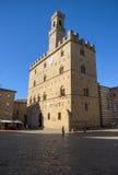 Central fyrkant för Volterra stad, medeltida slottPalazzo Dei Priori gränsmärke fotografering för bildbyråer