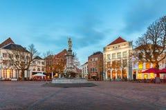 Central fyrkant i den historiska holländska staden Deventer Royaltyfri Foto