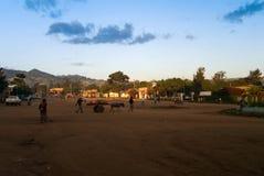 Central fyrkant i den Jinka staden Omo dal Etiopien Arkivfoton