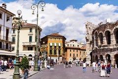 Central fyrkant med Colosseum i Verona, Italien i en molnig dag Arkivfoton