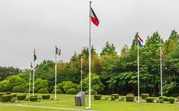 Central fyrkant med flaggor av deltagna länder inom Förenta Nationerna UNO Memorial Cemetery av det koreanska kriget i Seoul arkivbilder