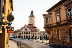 Central gata för stad med sikten för soluppgång för morgon för kommunfullmäktigekorridortorn, läge Brasov, Transylvania, Rumänien royaltyfri foto