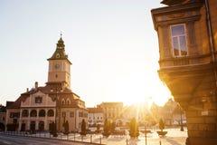 Central gata för stad med sikten för soluppgång för morgon för kommunfullmäktigekorridortorn, läge Brasov, Transylvania, Rumänien arkivfoto