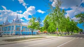 Central gata med historiska byggnader i centret av Barnaul i Sibirien, Ryssland arkivbilder