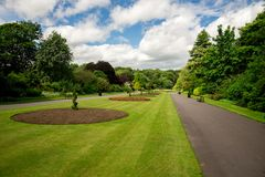 Central gränd med rabatter i Seaton Park, Aberdeen Arkivfoton