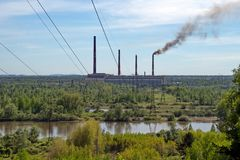 Central hidroeléctrica de Nazarovo y río de Chulym Imagen de archivo