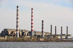 Central hidroeléctrica en el río Imagen de archivo
