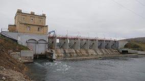 Central hidroeléctrica Central hidroeléctrica  Tiroteo fuera del cuarto hidráulico Cámara en el movimiento sostenible metrajes