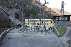 Central hidroeléctrico construida por el hombre para crear la energía limpia y para ahorrarla sistema de la prevención del calent imágenes de archivo libres de regalías