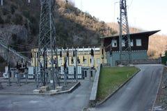 Central hidroeléctrico construida por el hombre para crear la energía limpia y para ahorrarla sistema de la prevención del calent foto de archivo