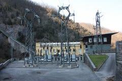 Central hidroeléctrico construida por el hombre para crear la energía limpia y para ahorrarla sistema de la prevención del calent imagen de archivo libre de regalías