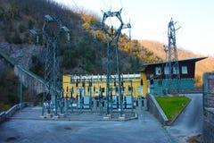 Central hidroeléctrico construida por el hombre para crear la energía limpia y para ahorrarla sistema de la prevención del calent imagen de archivo