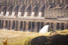 Central hidroel?ctrico de Itaipu y las aguas fotografía de archivo
