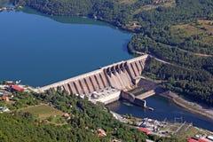 Central hidroeléctrico en paisaje del río Imágenes de archivo libres de regalías